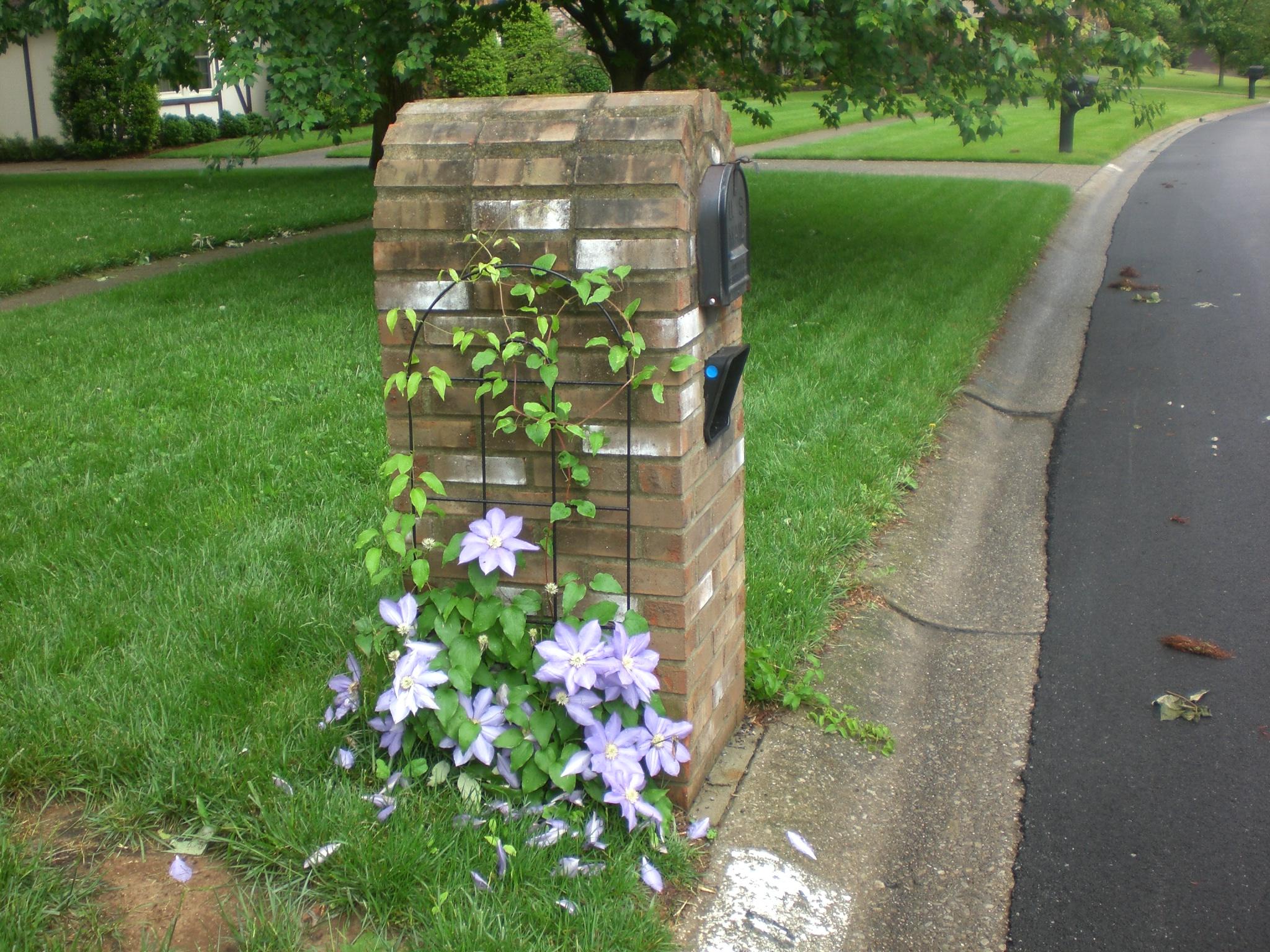 Landscaping Around A Brick Mailbox Round Designs