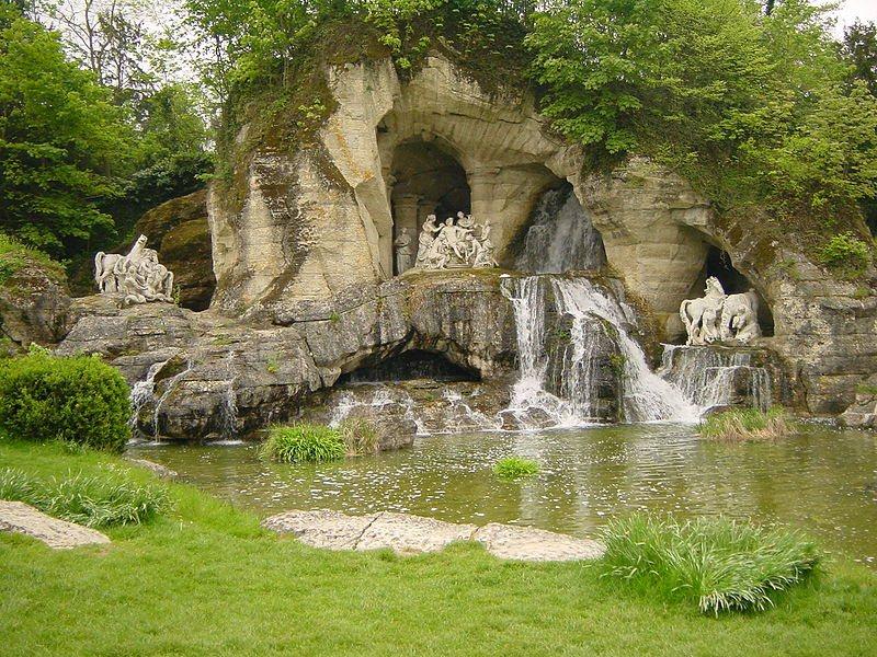 800px-Bosquet_des_bains_d_appolon_du_chateau_de_versailles